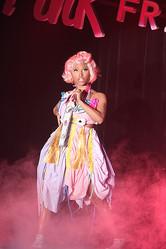 ″ハラジュク・バービー″と呼ばれるピンクの歌姫 日本初ライブ