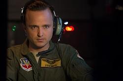 アーロンふんするアメリカ軍のドローンパイロット(『アイ・イン・ザ・スカイ 世界一安全な戦場』より)  - (C) eOne Films (EITS) Limited