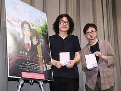 オールナイト上映会で大ファンの岩井俊二監督(左)と対談し感激の表情を見せた新海誠