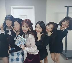 少女時代 ソヒョン、後輩Red Velvetとの仲睦まじい記念ショットを公開「応援するね」