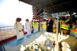 完成後は世界一の超高層ビルとなるサウジアラビア・ジッダの「ジッダタワー」を訪れ、完成予想模型を見るサウジアラビアのアルワリード・ビン・タラール王子(2017年5月11日撮影)。(c)AFP=時事/AFPBB News