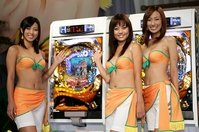 「CR ハイパー海物語 IN カリブ」をPRする、3代目ミスマリンちゃんの(左から)八代みなせ、佐倉真衣、神谷美伽