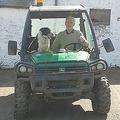 スコットランドの高速道路で犬がトラクターを運転 壁に激突し大渋滞