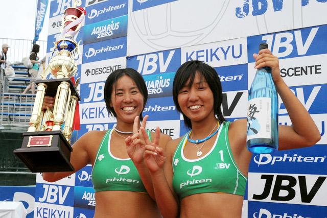 ペア結成2年目で頂点に立った尾崎睦(写真右)と草野歩ペア