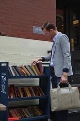 ジャック・スペード神南店内に小さな図書館が登場