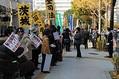 国会議事堂周辺に集まる法案反対派の人々。労組などの「のぼり」も多数はためく