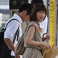 3年半前にJR山手線の駅で撮影された生野陽子アナと中村光宏アナのツーショット写真。このとき、中村アナはメガネで変装していたが、隠れる様子もなく堂々としていたという