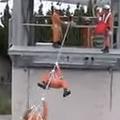 日本の消防訓練に外国人驚き「忍者そのものだ」