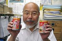 「博多ラーメン缶」を手に持つ、チチブ電機小菅社長
