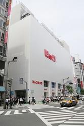 駅前一等地のユニクロ大型出店でどう変わる?新宿東口エリア変革の時代