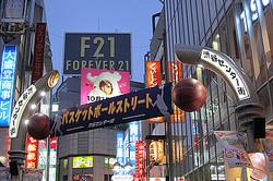 センター街は″なくならない″ 命名記念に「バスケット通り」でパレード