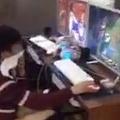 ネットカフェで尻をバケツに突っ込みゲームを続ける中国の少年(出典:http://weibo.com)