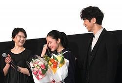 涙する藤野涼子と両親役の夏川結衣&佐々木蔵之介