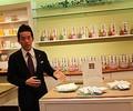 日本香堂は2014年10月20日、グループ企業であるエステバン(本社・南フランス・モンペリエ)の会社設立30周年を記念したエステバン日本限定のオリジナル商品「カードフレグランス carte parfumee」を発売した。(写真は、ESTEBANの新商品「カードフレグランス carte parfumee」について紹介する日本香堂の保科裕之氏。サーチナ撮影)