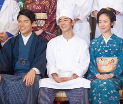 4月26日スタートの新ドラマ「天皇の料理番」(TBS系)制作発表。(左から)鈴木亮平、佐藤健、黒木華