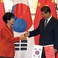 FTA交渉の実質妥結を確認した11月の中韓首脳会談。日中韓FTA交渉より中韓が先行したことで、日本が不利になる恐れもある  Photo:Yonhap/アフロ