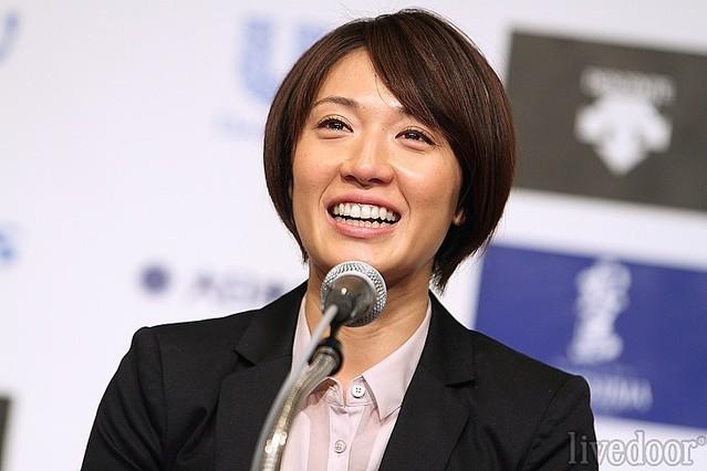 引退会見にのぞんだ、浅尾美和。「結婚報道が出たので、質問される前に話しておきます。大切に想っている男性がいます。一般男性の方です。近々そういう(結婚)ふうになるかもしれませんが、そのときは私からしっかりご報告させていただきます」と将来、結婚の可能性も口にする場面もあった。