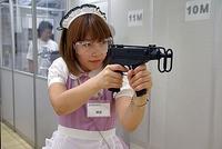 「シューティングレンジ」で電動銃を構える、メイドさん