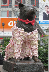 ハチ公がドレスアップ 桜色のリボンドレス着用
