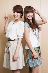 めっちゃ仲良しな母・白石まるみ(右)と娘・守永真彩(左)。見た目も含めて、親子というよりも姉妹みたい!?