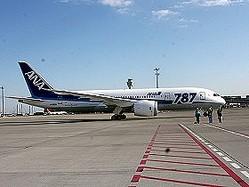 北京に向けて出発するボーイング787型機。3機目からは、トリトンブルーを基調とした通常塗装だ