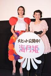 スペシャルイベントに出席した篠原ともえ(右)、能年玲奈