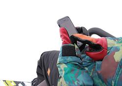ウィンタースポーツでも快適にスマホ操作 EVOLGの最新グローブ
