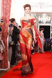 ヴィヴィアンが新作を世界初披露 エリザベス二世女王即位60周年記念