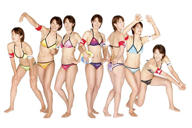 女豹が七変化!?悩み抜いて完成させた新作、「レインボー水着」を公開した浦田聖子。(写真は合成)