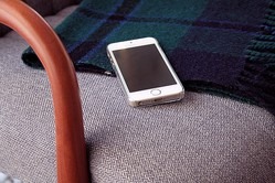 iPhoneやXperiaは誰にも覗かせない! 置き忘れを防ぐ必須アイテム