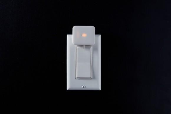スイッチに直接貼るだけ スマホで遠隔操作できる「Switch Bot」どんなスイッチでもスマホでオンオフが可能に「Switch Bot」