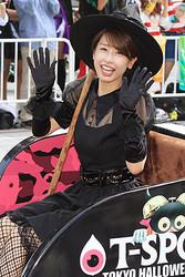 10月24日に開催されたハロウィンイベントでSEXYな魔女に扮したカトパン。当日のパレードでは大歓声を浴びており、人気は今も絶大!