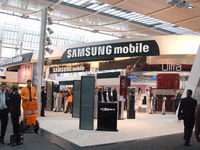 "IT関連の世界最大の展示会「CeBIT」。携帯電話シェアで世界第3位を誇る""Samsung""のブースは盛況だ"