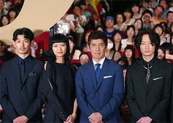 (左から)瑛太、榮倉奈々、佐藤浩市、綾野剛