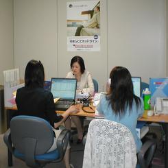 都内・飯田橋にある「若者しごとホットライン」で電話相談に対応するアドバイザー。(提供:東京しごと財団)