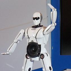 """ベトナム発""""可変""""ロボが日本上陸! ダンスロボに変形する高音質ポータブルスピーカー「mRobo」- CEATECで登場!"""
