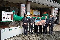 八王子市に寄贈されるエコ天狗の前でフォトセッション