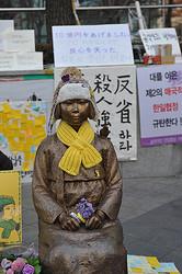 韓国・ソウルにある日本大使館前に建てられた、慰安婦を象徴する少女像