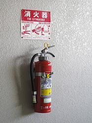 住宅用消火器の扱い方、正しくないものは?【住まいの毎日クイズ】