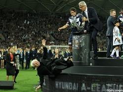 あわや大惨事にスタジアムが凍りつく…84歳豪協会会長が頭からピッチに落下