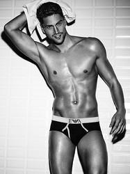 エンポリオ アルマーニ、アンダーウェアの男性モデルに競泳ルカ・ドット起用