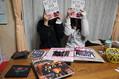 小学校6年生でセカオワ好きのリオちゃん(右)とみきちゃん(左)。現在品薄状態のセカオワ公式本を手に「これは教科書より面白い!」とか