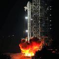 中国は2日午前1時半(日本時間同2時半)、月探査機「嫦娥3号」を乗せたロケット「長征3号乙」を四川省の西昌衛星発射センターから打ち上げた。中国初の無人探査車「玉兎号」を搭載しており、順調にいけば今月中旬にも月面に着陸する。(写真は「CNSPHOTO」提供)