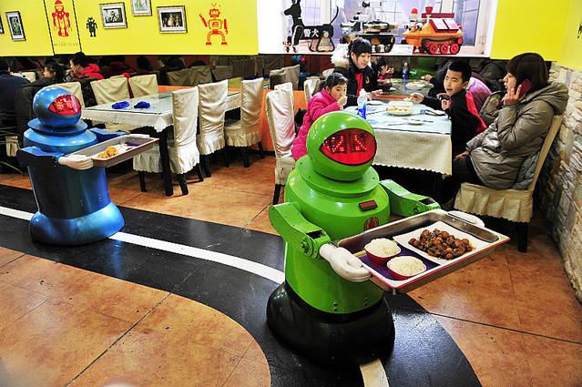 配膳専門のロボット。店内には床にラインが描かれており、これに沿ってロボットが動く