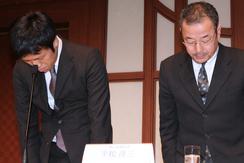 24日、都内のホテルで行われた記者会見の冒頭、堀江貴文容疑者ら4人の逮捕者を出した不正取引について陳謝するライブドアの熊谷新代表取締役(左)と平松新社長。(撮影:吉川忠行)