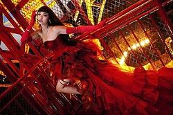 へルタースケルター写真集発売 表紙はケイタマルヤマ深紅のドレス
