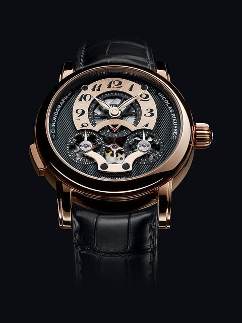 エミレーツ航空がモンブランの限定腕時計を機内オークションで販売