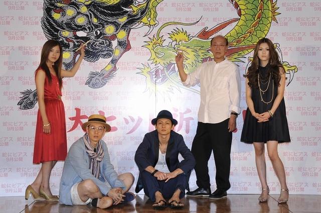 麒麟と龍の目に筆入れする吉高由里子(左)と蜷川幸雄監督
