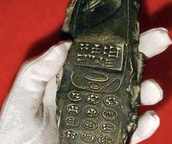 ガラケーかよ!800年前の石器が折れないタイプの携帯電話すぎると話題に【動画】