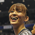 スタンドを笑顔で見上げる田中理恵 (photo by Wataru NINOMIYA/PHOTO KISHIMOTO)  [2011年10月13日 日本/東京/東京メトロポリタン体育館]